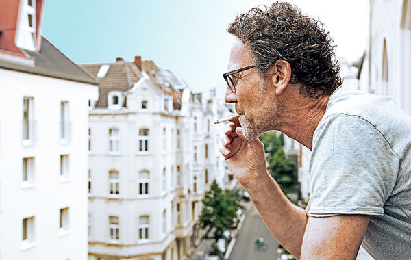 rauchen auf dem balkon wenn der qualm zum nachbarn weht special stiftung warentest. Black Bedroom Furniture Sets. Home Design Ideas